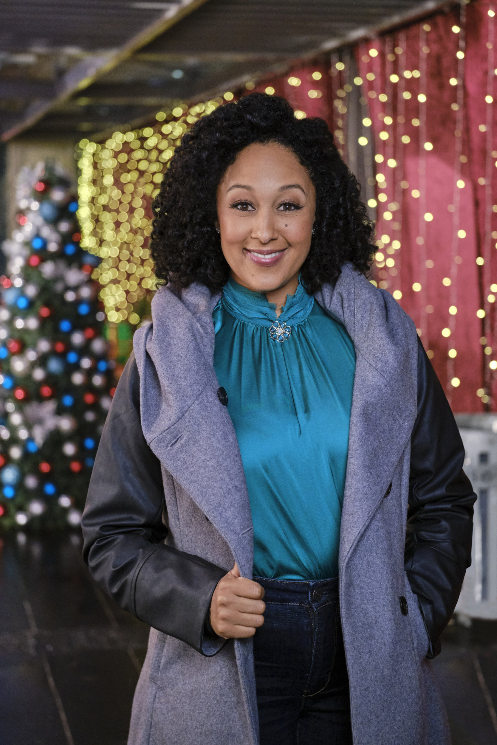 A Christmas Tree Miracle Cast.Tamera Mowry On A Christmas Miracle Hallmark Movies And