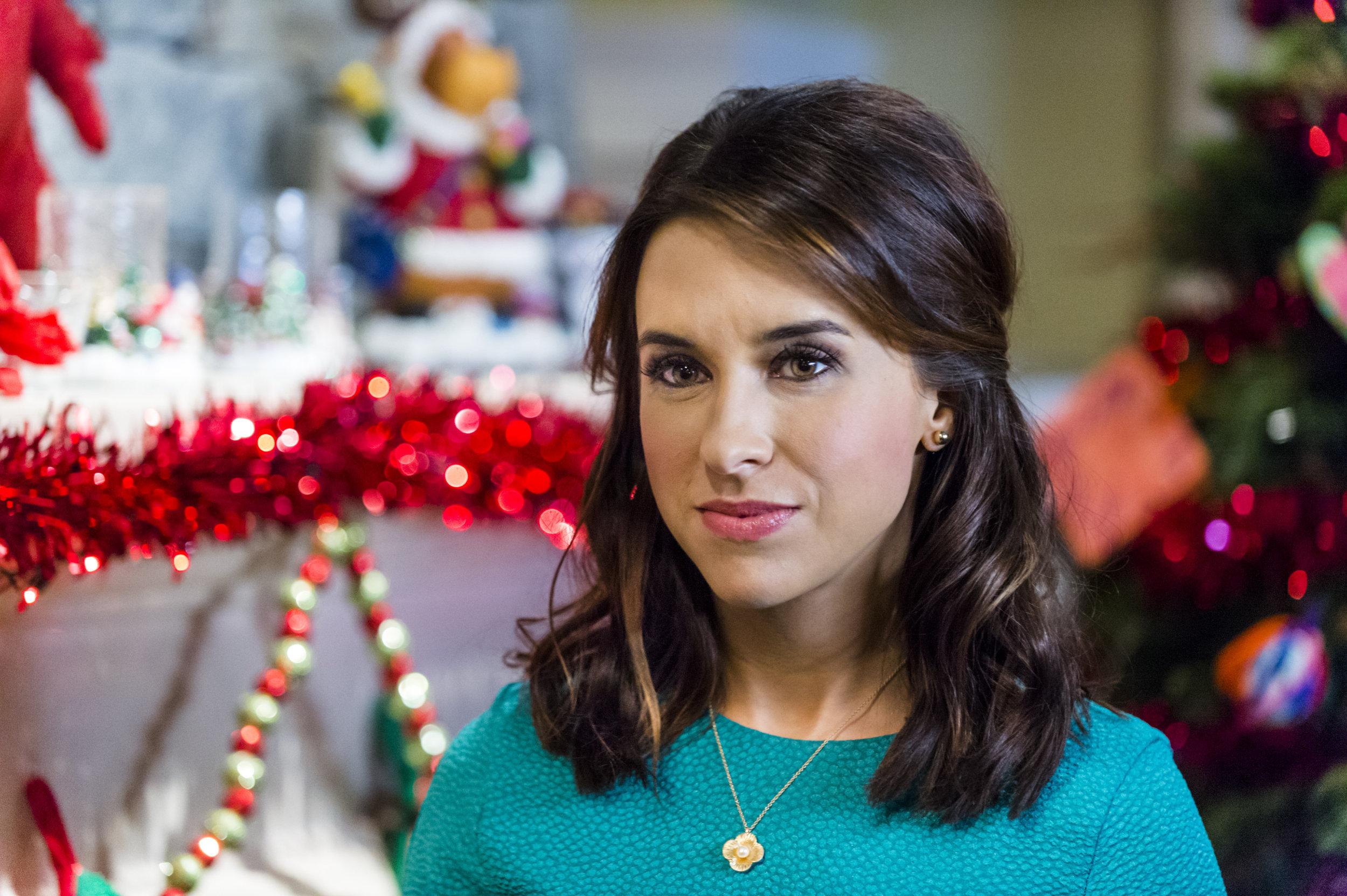 lacey chabert as hannah dunbarhannah matthews on family for christmas hallmark channel