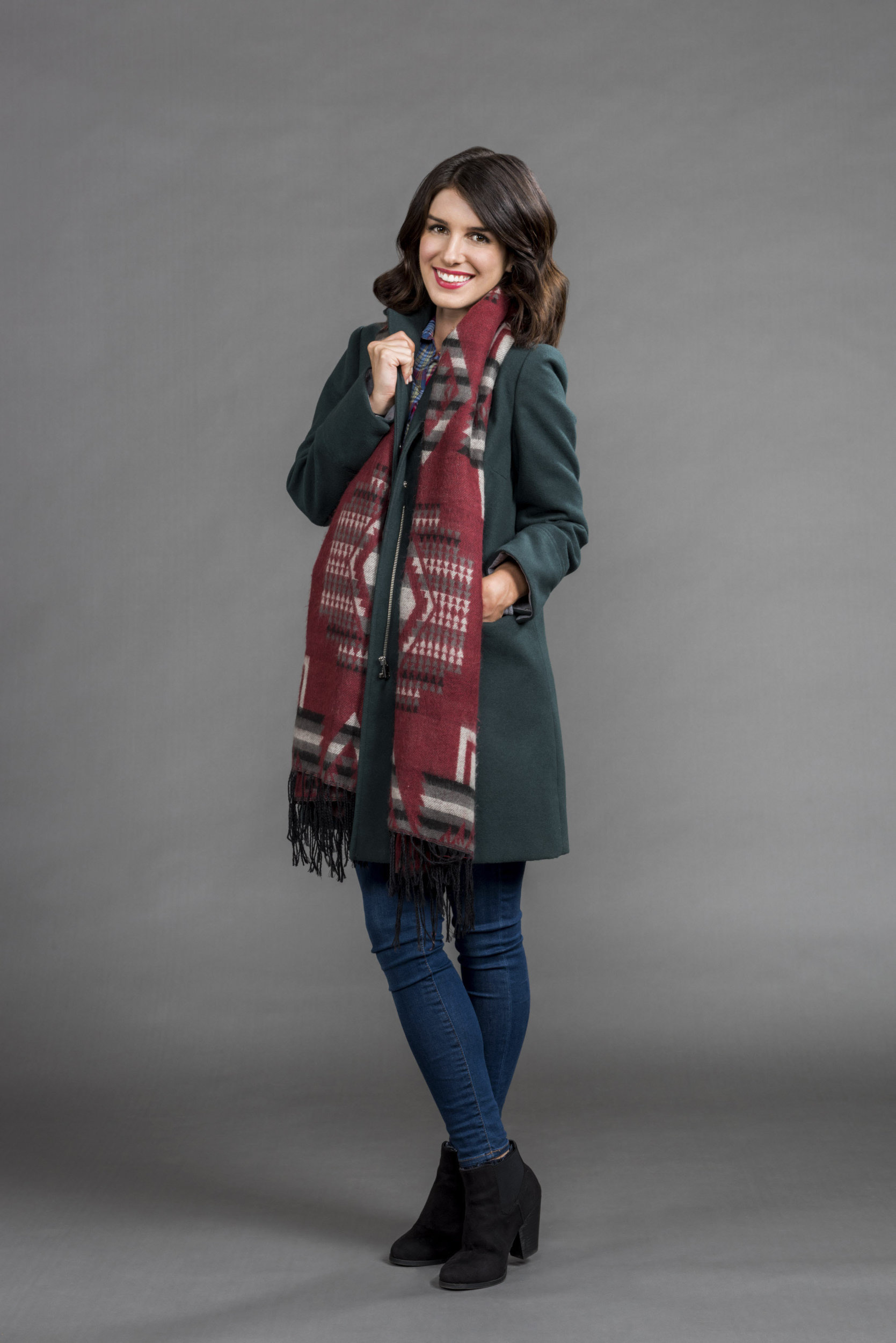 Christmas Incorporated Cast.Shenae Grimes Beech As Riley In Christmas Incorporated